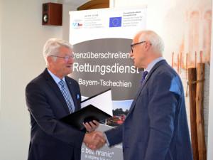Lukáš Bolek (vpravo) převzal ocenění od prezidenta Bavorského červeného kříže Theo Zellnera.