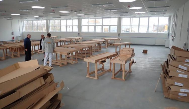 Učiliště v Plzni má novou halu na výuku instalatérů či malířů