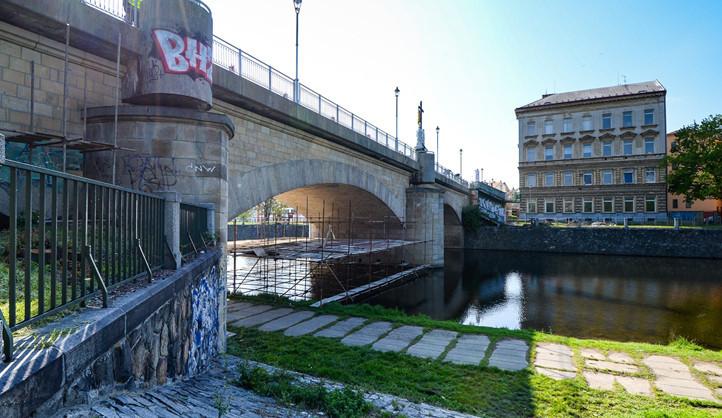 V Plzni se prodlouží uzavírka Rooseveltova mostu pro pěší