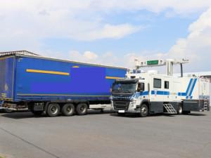 Policie u Plzně zadržela kamion s nelegálním tabákem.