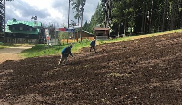 Lyžařský areál Špičák opravuje erozi svahů šumavským kompostem