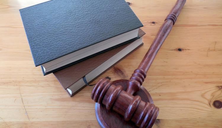 Za neposkytnutí pomoci a za drogy uvalil soud v Plzni 6,5 roku