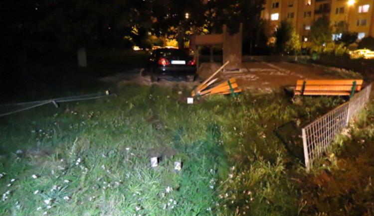 FOTO: Opilý řidič v Ledecké ulici vyjel ze silnice a skončil na dětském hřišti