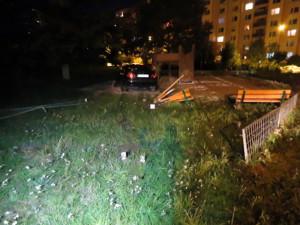 Auto skončilo na dětském hřišti.