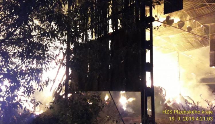FOTO: Požár skladu slámy na Plzeňsku zničil 1000 balíků slámy