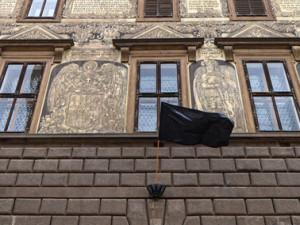 V Gottově rodišti Plzni vyvěsili na radnici černou vlajku