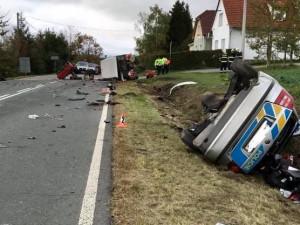 Na Tachovsku se srazilo policejní auto s traktorem, tři zranění