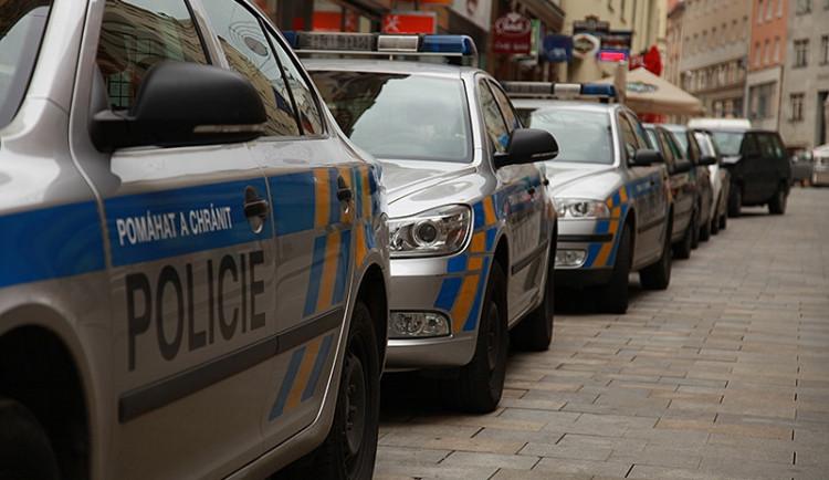 Policie obvinila muže podezřelé z přepadení pošťačky v Plzni